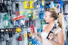 妇女顾客在家庭用品大型超级市场 免版税图库摄影