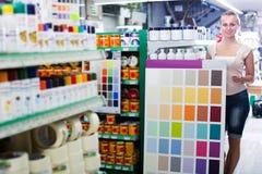 妇女顾客在家庭用品大型超级市场 免版税库存照片