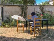 妇女顾客坐在桌上在Musee蒙马特庭院 库存图片