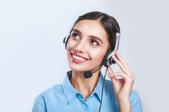 妇女顾客服务工作者,有电话耳机的电话中心微笑的操作员 库存照片