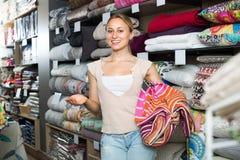 妇女顾客采摘纺织品床罩 图库摄影