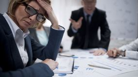 妇女顾问感觉重音在会议,职业性烧坏上,劳累过度 免版税库存照片