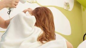 妇女风干机女孩长的头发 股票视频