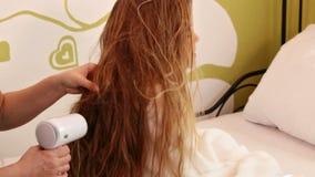 妇女风干机女孩长的头发 影视素材