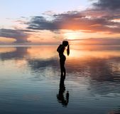 妇女风景日落的在毛里求斯海岛上 库存照片
