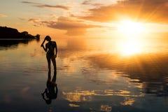 妇女风景日落的在毛里求斯海岛上 免版税库存图片