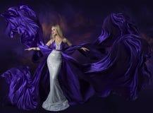 妇女飞行紫色丝绸布料, Creative Fashi夫人的秀丽礼服 库存图片