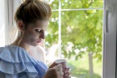 妇女饮料咖啡 免版税库存照片