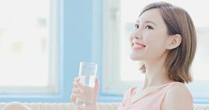 妇女饮料水 免版税图库摄影