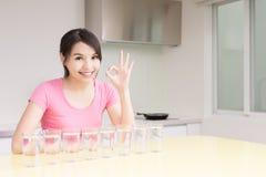 妇女饮料水 免版税库存照片