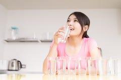 妇女饮料水 库存图片