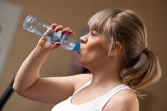 妇女饮用水 免版税图库摄影