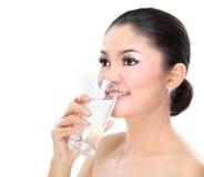 妇女饮用水 免版税库存照片