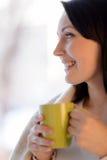 妇女饮用的咖啡。站立在f的美丽的中年妇女 免版税库存图片