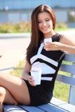 妇女饮用的咖啡在公园 库存图片