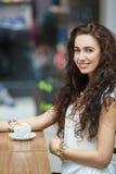 妇女饮用的咖啡在咖啡馆超级市场 库存图片