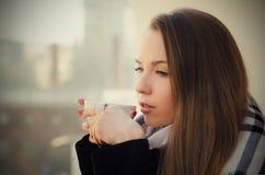 妇女饮用的咖啡或茶与杯子在阳台 图库摄影