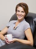 妇女饮用的咖啡 免版税库存图片