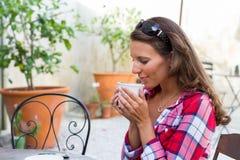 妇女饮用的咖啡 免版税图库摄影
