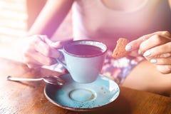 妇女饮用的巴厘语咖啡巴厘岛kopi 巴厘岛 库存照片