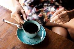 妇女饮用的巴厘语咖啡巴厘岛kopi 巴厘岛 免版税库存图片