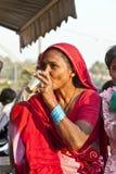 妇女饮用的茶在Meena义卖市场在德里 图库摄影