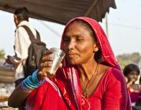 妇女饮用的茶在Meena义卖市场在德里 库存照片