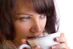 妇女饮用的茶 免版税库存图片