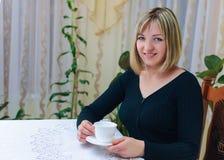 妇女饮用的茶 免版税库存照片