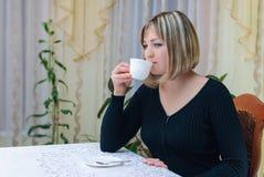 妇女饮用的茶 免版税图库摄影