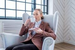 妇女饮用的coffe在家 免版税库存图片