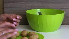 妇女饼干滚球用浓缩牛奶在她的手上 准备好球投入板材 烹调蛋糕流行音乐的基本 股票录像