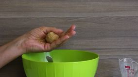 妇女饼干滚球用浓缩牛奶在她的手上 准备好球投入板材 烹调蛋糕流行音乐的基本 股票视频