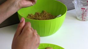 妇女饼干滚球用浓缩牛奶在她的手上 烹调蛋糕流行音乐的基本 股票视频