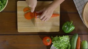 妇女首要制造的沙拉顶视图健康食物和砍红萝卜在切板在厨房里 影视素材