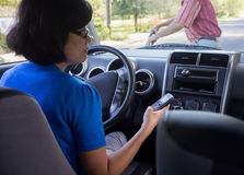 妇女驱动和Texting事故 免版税库存照片