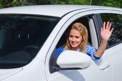 妇女驱动汽车 免版税库存图片