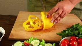 妇女驾驶烹调的菜沙拉黄色胡椒 特写镜头 影视素材