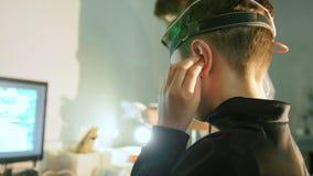 妇女验光师审查的少年男孩` s注视和在眼科学诊所的脑子 股票录像