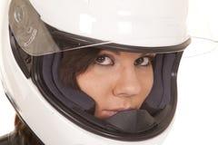 妇女骑自行车的人盔甲接近看 免版税库存图片