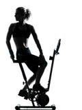 妇女骑自行车的锻炼健身姿势 库存照片