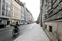 妇女骑自行车者在慕尼黑 免版税库存照片