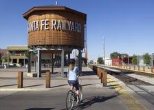 妇女骑自行车者开始圣菲路轨足迹 库存照片