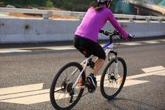 妇女骑自行车者循环的登山车 库存图片