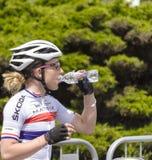 妇女骑自行车者饮用水 库存照片