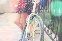 妇女骑马特写镜头乘蓝色葡萄酒城市自行车 库存照片