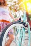 妇女骑马特写镜头乘蓝色葡萄酒城市自行车 免版税图库摄影