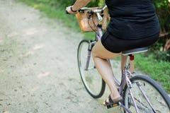 妇女骑马自行车 库存图片