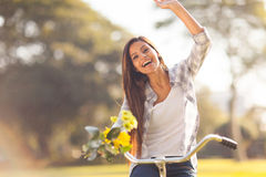 妇女骑马自行车 免版税库存照片