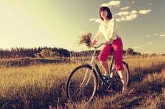妇女骑马自行车 库存照片